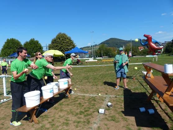 Balltransport mit der Schubkarre, Wassertransport mit Becher über eine Wippe, Hockey Parcours - die Frauen und Männer der BSG Fricktal in Aktion