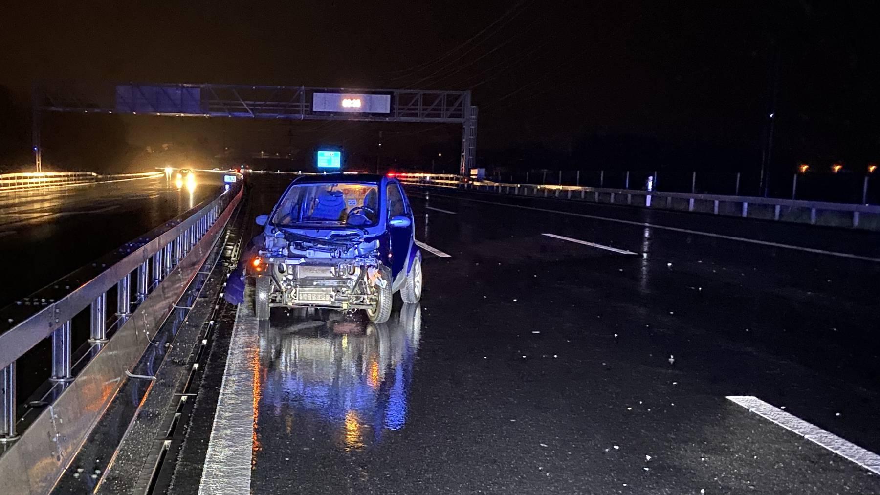 Der Fahrzeuglenker verlor die Kontrolle über sein Auto und prallte in die Mittelleitplanke.