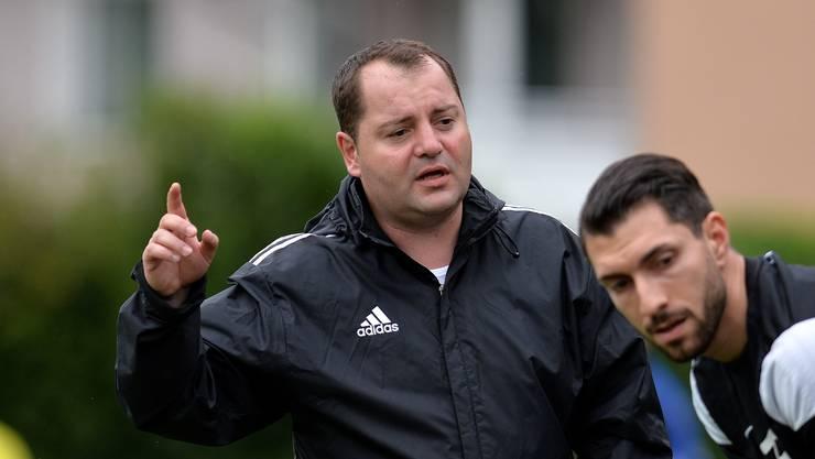 Oltens Trainer Juan Castro gibt Michele Fazari Anweisungen.