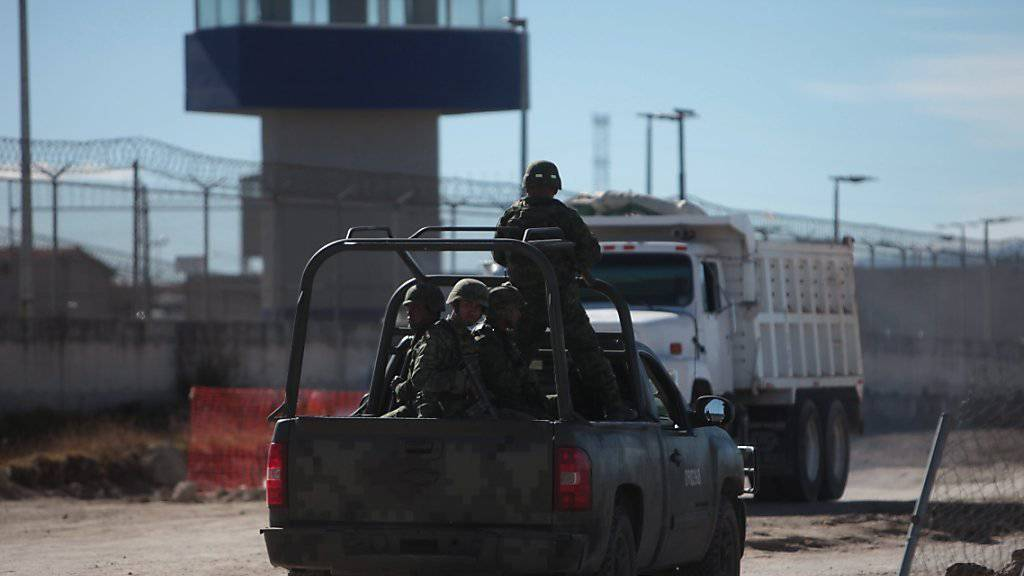 Mexikanische Soldaten patrouillieren vor dem Gefängnis, in dem der Drogenboss Joaquin Guzman, genannt El Chapo, einsitzt. Seine Frau fürchtet um seine Gesundheit. (Archivbild)