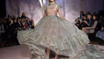 Ein Model präsentiert an der Modenschau AltaRoma im Januar ein Kleid eines italienischen Labels. Die italienische Modebranche hat sich 2016 besser als erwartet geschlagen.