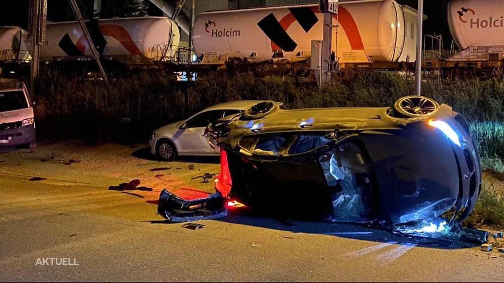Raser-Unfall: In Würenlingen fährt ein BMW in parkierte Autos
