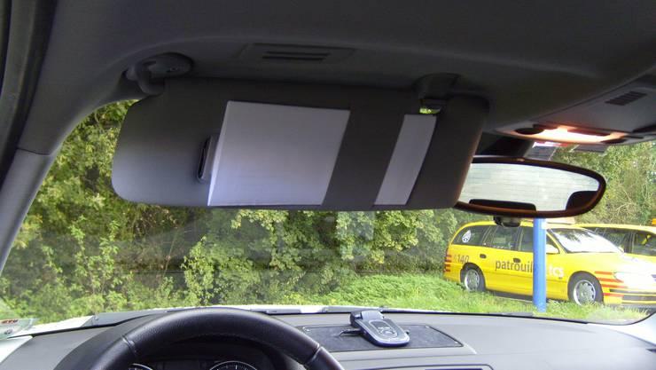Unter der Fahrersonnenblende sollte die Rettungskarte fixiert werden.