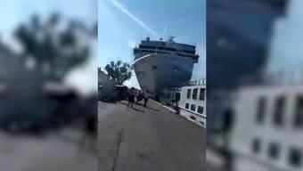 Ein riesiges Kreuzfahrtschiff hat in Venedig eine Anlegestelle gerammt und ist mit einem Touristenboot zusammengestossen. Dabei wurden mehrere Mensche verletzt.
