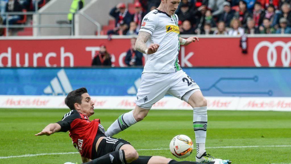In Ingolstadt gestoppt: Benjamin Hübner schnappt Mönchengladbachs André Hahn in extremis den Ball weg