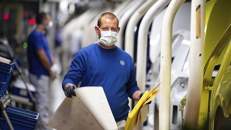 Bei Volkswagen lief es auch schon besser: ein Arbeiterin Wolfsburg mit Maske.