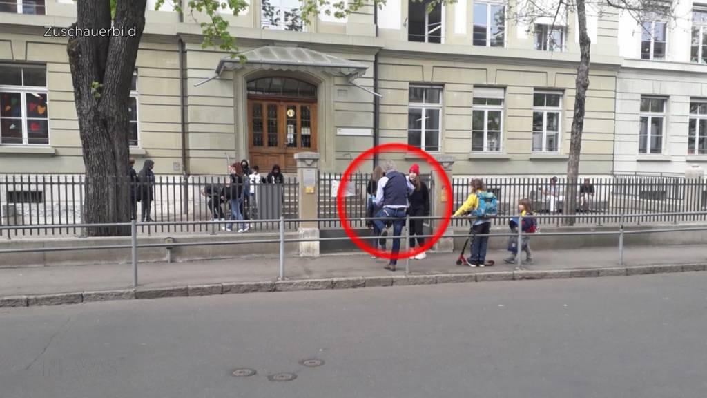 Fragwürdige Aktion bei Berner Schulhaus: Christen-Vereinigung verteilt die Bibel an Kinder