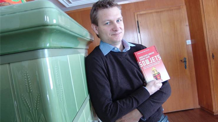 Zurück in Urdorf: Christian Weisflog präsentiert in der Stube seines Elternhauses das Buch, das von seiner Reise durch den Osten berichtet.