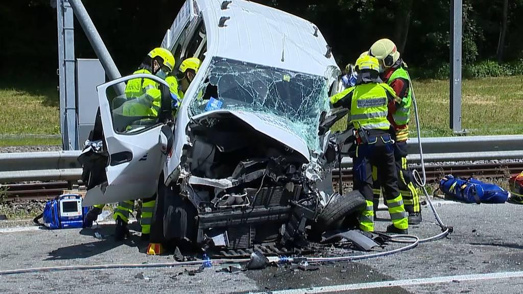Zwei Verletzte bei Frontalkollision von Lieferwagen