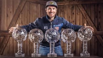Marcel Hirscher mit den Kristallkugeln für seine fünf Siege im Gesamtweltcup. Bildsymphonie/Freshfocus
