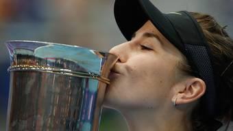 Belinda Bencic küsst in Moskau den Pokal.