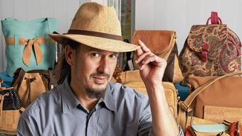 Funktional und vegan: Firmeninhaber Migi Keck trägt einen Hut, der aus Kork hergestellt ist.