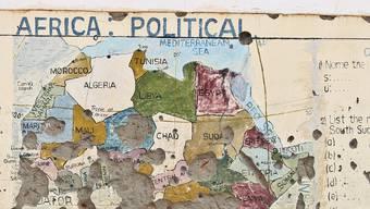 Eine mit Einschusslöchern übersäte Schulhauswand im Sudan: Im krisengeplagten Land ist eine Schweizerin entführt worden. (Symbolbild)