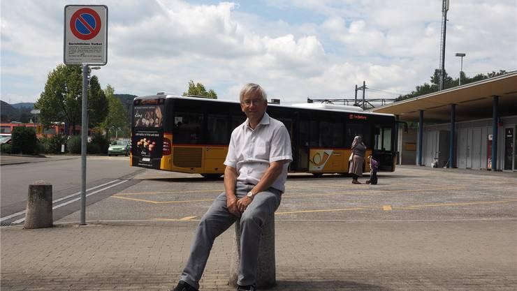 Gemeinderat Thomas Stöckli beim heutigen Busterminal, bevor es baulich an die Gelenkbusse angepasst wurde. twe