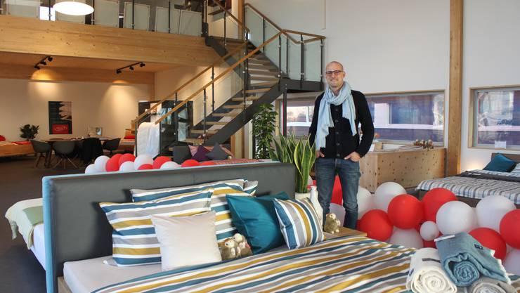Patrick Egloff, Chef Vertrieb und Marketing, im neuen Hüsler Nest Verkaufsladen in Grenchen