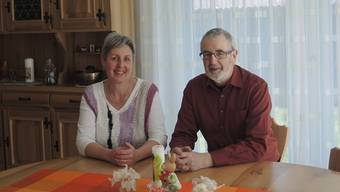 Martha und Anton Liechti sitzen gerne mit ihren Gästen zusammen am Tisch und lauschen deren Geschichten.