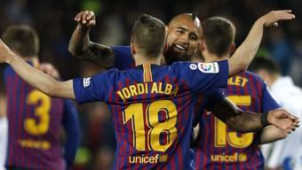 Arturo Vidal beglückwünscht Jordi Alba nach dessen Siegestor gegen San Sebastian
