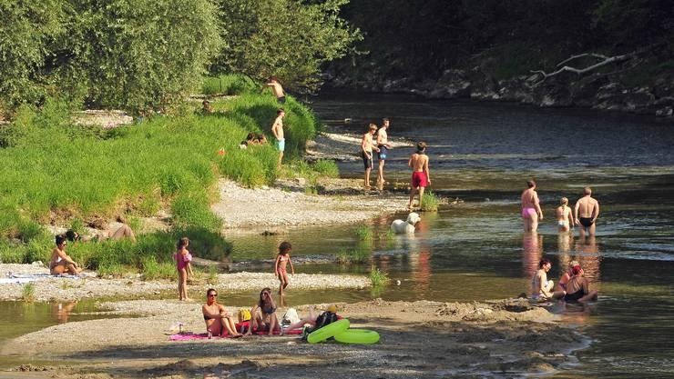 Der veränderten Aarelandschaft unterhalb des Wehrs zum Trotz: Die Lust aufs Fluss- und Sonnenbaden ist ungebrochen.