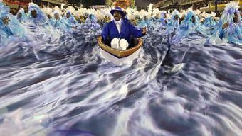 """Haben beim Karneval in Rio gewonnen: Die 3400 Tänzerinnen und Tänzer der Sambagruppe Portela mit ihrem diesjährigen Thema """"Flussleben Brasiliens""""."""