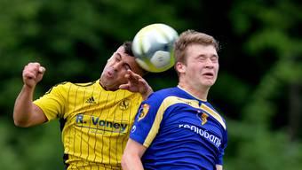 Augen zu und durch heisst das Motto im Abstiegskampf: Dullikens Blerim Bekteshi (l.) gegen Dario Kopp vom FC Biberist.