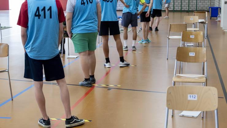 Stellungspflichtige an einer Aushebung. Teil der Rekrutierung ist auch ein Sporttest.