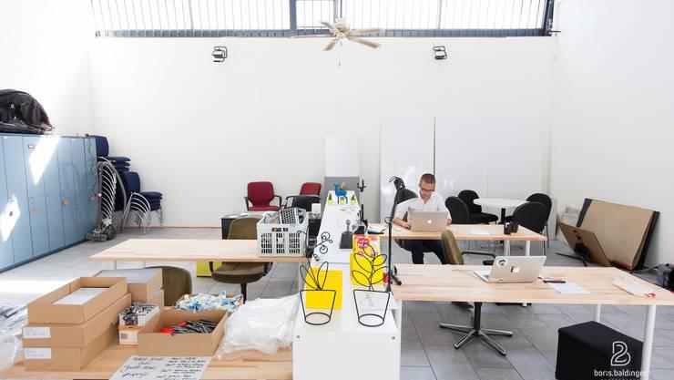 Noch sitzt Gründer Thomas Kupferschmied alleine am Arbeitsplatz, doch schon bald werden die einzelnen Tische von verschiedenen Kunden belebt.