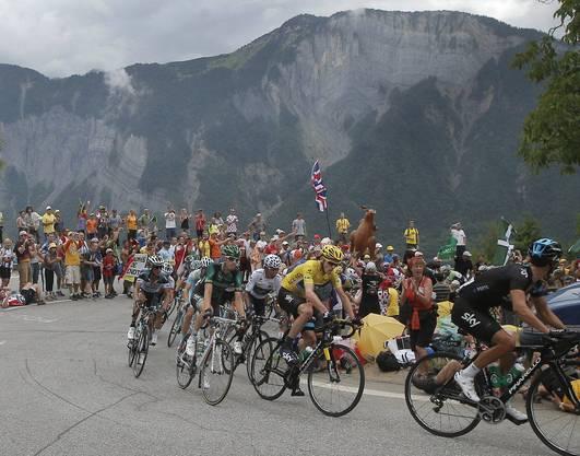 Aufstieg auf die Alpe d'Huez: Leader Christopher Froome umgeben vom Kolumbianer Nairo Alexander Quintana. dem besten Nachwuchsfahrer und Pierre Rolland aus Frankreich.