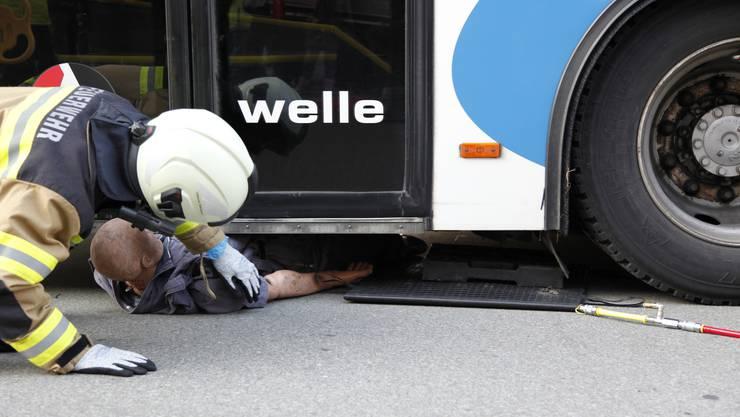 Einsatzszenario Person unter Bus eingeklemmt.
