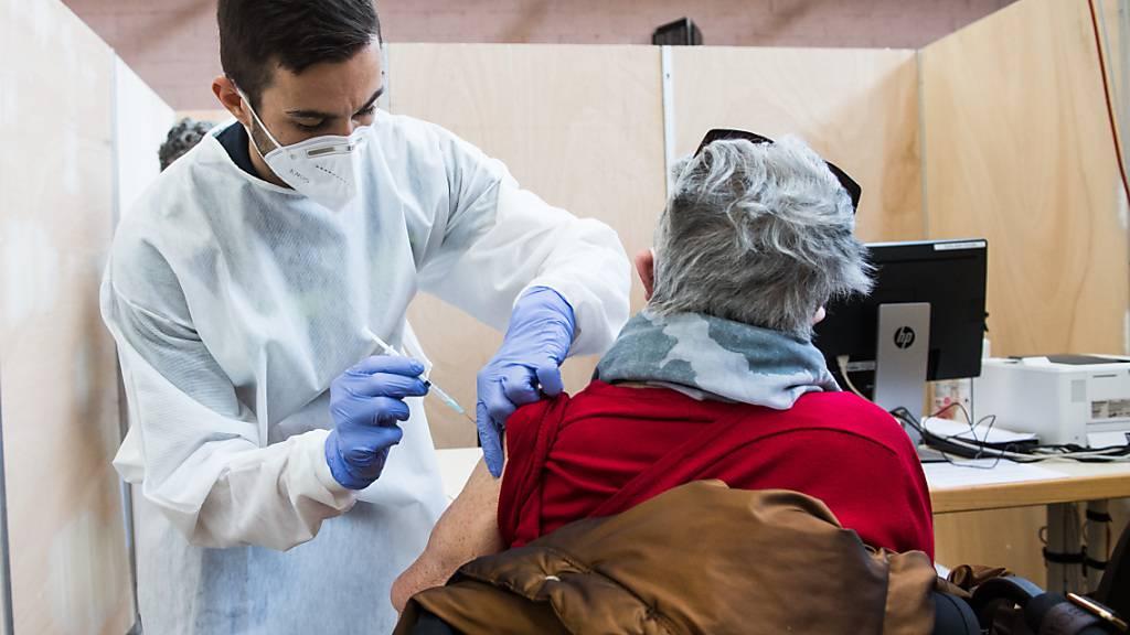 Im Tessin müssen die über 75-Jährigen weiter auf einen Impftermin warten.
