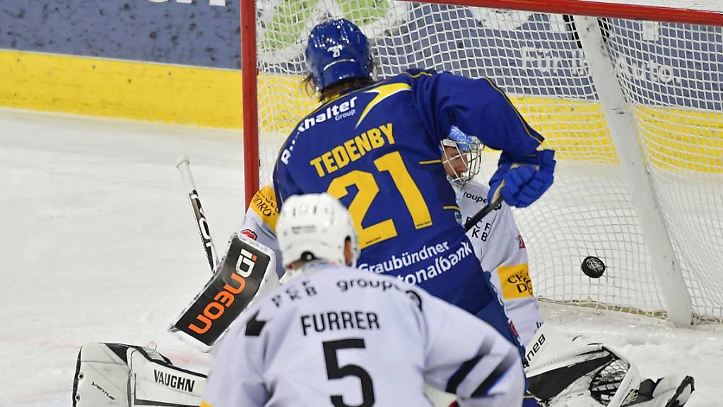 Der Davoser Mattias Tedenby (Nummer 21) trifft hier zum 1:1.