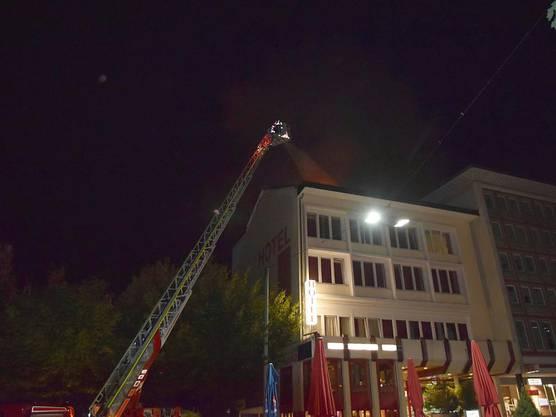 Im Zentrum der Stadt Grenchen geriet der Dachstock eines Hotels in Brand.  Drei Einsatzkräfte der Feuerwehr wurden beim Einsatz leicht verletzt und mussten medizinisch betreut werden. Grund für das Feuer war ein Blitzeinschlag.