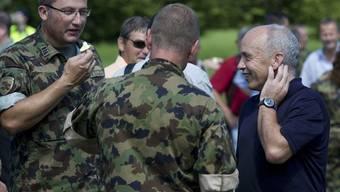 Bundesrat Ueli Maurer (rechts) im Gespräch mit Armeeangehörigen