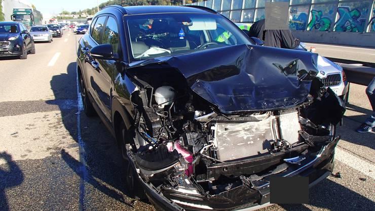 Auf der Autobahn A1 bei Spreitenbach kam es gleich zu mehreren Auffahrunfällen. Insgesamt wurden neun Autos beschädigt. Der Sachschaden beläuft sich auf zirka 120'000 Franken.