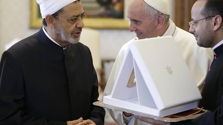 Papst Franziskus (Mitte) hat erstmals den ägyptischen Grossscheich und Imam Ahmed al-Tajeb (links) im Vatikan empfangen.