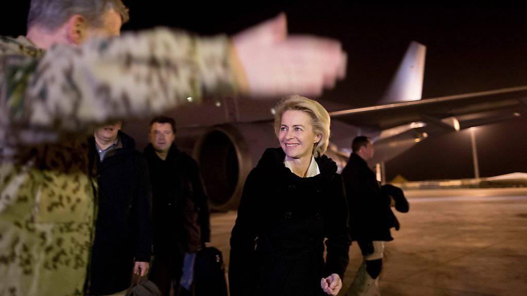 Deutschlands Verteidigungsministerin Ursula von der Leyen bei ihrer Ankunft auf dem Militärflughafen von Mazar-i-Scharif