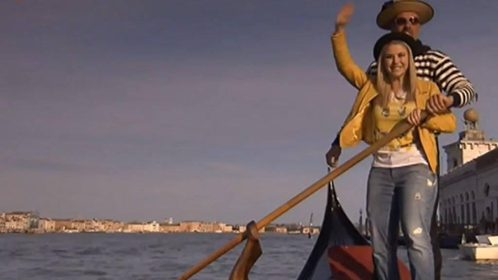 Beatrice Egli bereitet sich nicht etwa auf eine zweite Karriere als Gondoliera vor, sondern präsentiert in der ZDF-Sendung «Ein Frühlingstag in Venedig» ihr neues Album. Ihrem 15 Monate alten Neffen Raphael zumindest gefällt die Scheibe. (Screenshot ZDF)