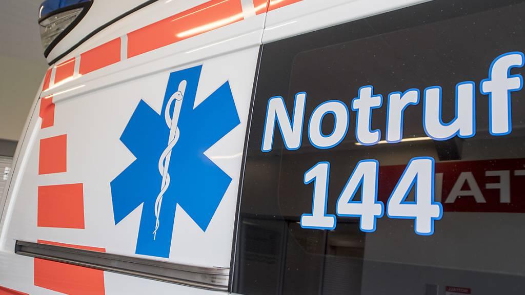 Angehöriger rast Ambulanzfahrzeug hinterher