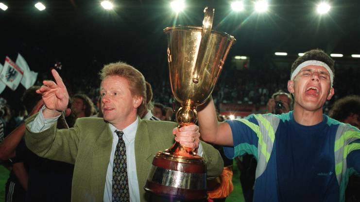 13. Juni 1993: Der damalige Trainer Rolf Fringer hält den Pokal und feiert ausgelassen zusammen mit Petar Aleksandrov den Schweizer Meistertitel - in dieser Zeit wird Patrick Haller zum FCA-Fan.