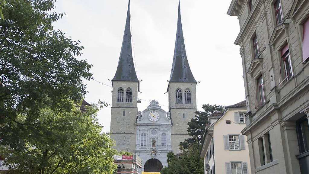 Die Stadt Luzern will Grabrechte bei der Hofkirche abtreten. (Archivbild)