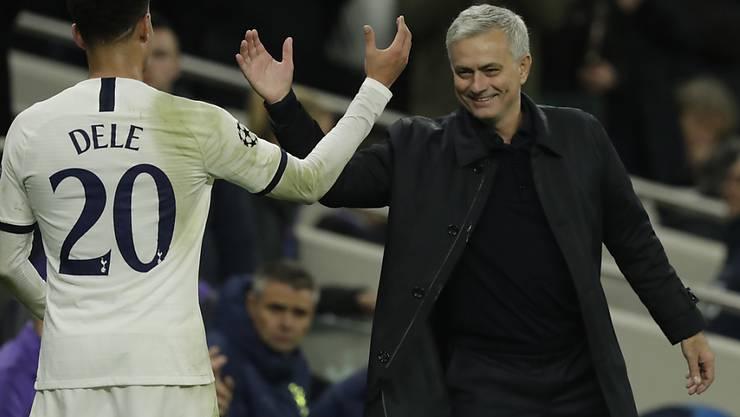 Tottenhams Trainer José Mourinho freute sich über die Geistesgegenwart eines Balljungen