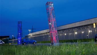 Die Lichtinstallation «Grosser Atem» von Jörg Mollet leuchtet nun wieder  mit Sonnenenergie betrieben - farbenfroh in den Nachthimmel.