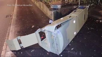 Ein 29-jähriger Aargauer wurde in Winterthur mit massiv überhöhter Geschwindigkeit geblitzt. Das Beweisfoto versuchte der Raser zu vernichten, indem er mit seinem SUV in die Blitzanlage hineinfuhr. Er konnte noch in der gleichen Nacht verhaftet werden. Der Schaden soll sich auf 150'000 Franken belaufen.