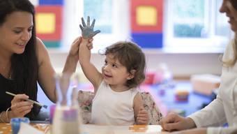 Die Gewerkschaft fordert darin, sämtliche Kindergartenlehrpersonen in die Lohnstufe 19 einzustufen.