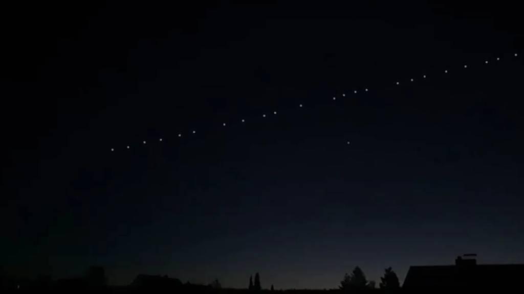 Spektakel am Himmelszelt: Hier sehen Sie 60 Satelliten leuchten!