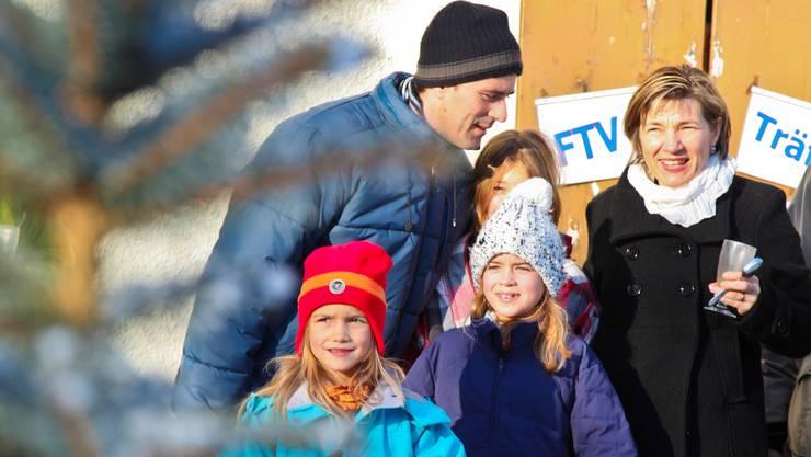 Der Erlös aus der Weihnachtsbaumversteigerung kommt den Senioren des Dorfes zugute. Da zahlen die Lupsinger gern ein paar Franken mehr für einen der begehrten Weihnachtsbäume.  Lucas Huber