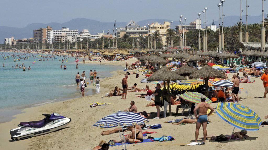 Touristen an einem Strand in Mallorca: Künftig müssen sie eine Touristensteuer bezahlen. (Archiv)