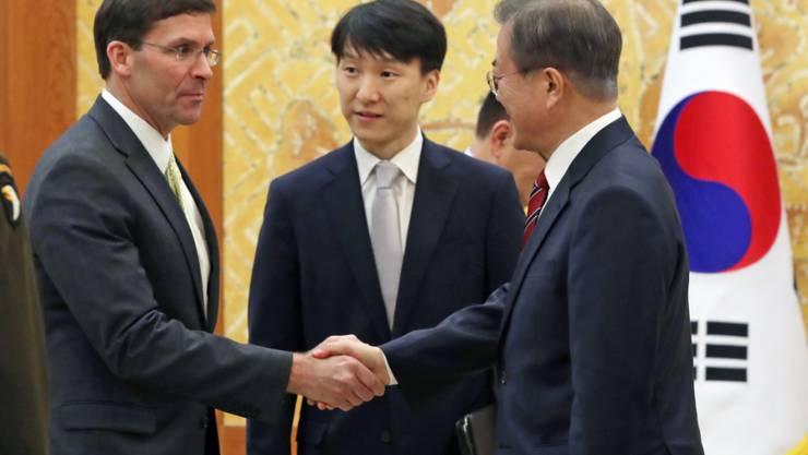 Der südkoreanische Präsident Moon Jae-in (rechts) und US-Verteidigungsminister Mark Esper (links) trafen sich am Freitag zu Gesprächen in Seoul. Esper rief Südkorea mit Nachdruck auf, mehr Geld für die amerikanische Truppenpräsenz in dem Land zu bezahlen.