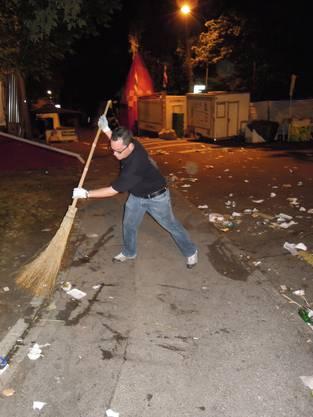 Stadtrat Roger Huber schwingt den Besen (kru)