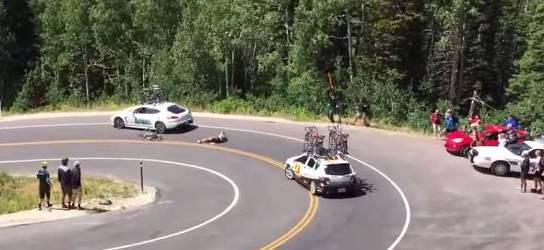 Nichts für schwache Nerven: Matt Brammeier rast mit rund 80 Stundenkilometern in ein Mannschaftsauto. Zwei weitere Radfahrer stürzen infolge des Unfalls.