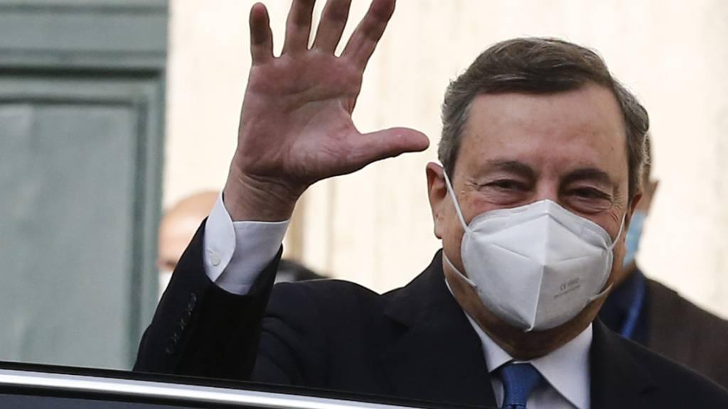 Mario Draghi, früherer Präsident der Europäischen Zentralbank (EZB), winkt beim Verlassen des Palazzo Montecitorio. Nach dem Bruch der italienischen Regierungskoalition hat Staatspräsident Mattarella dem früheren Chef der EZB das Mandat zur Bildung eines Expertenkabinetts erteilt. Draghi muss nun versuchen, in kürzester Zeit ein Kabinett zu bilden, das das Vertrauen im Parlament erreichen kann. Foto: Cecilia Fabiano/LaPresse via ZUMA Press/dpa